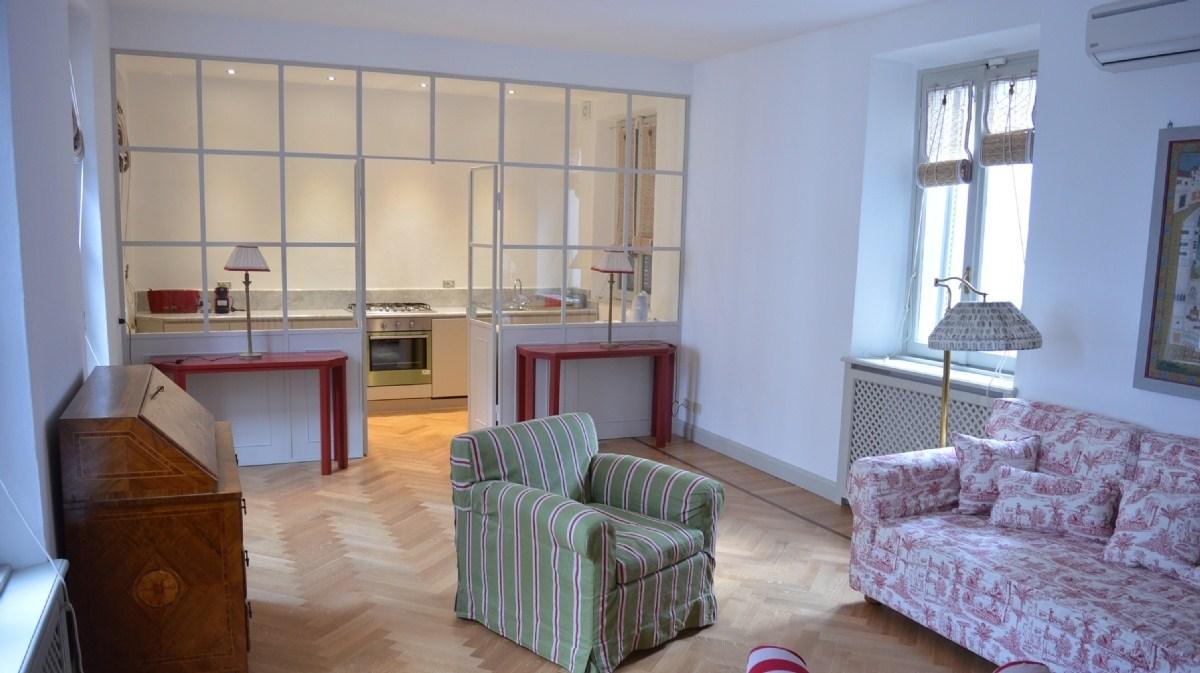 I consigli per rendere pi spaziosa una casa piccola - Cucina con vetrata ...